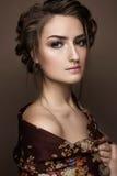 Όμορφο κορίτσι σε ένα σάλι με μια πλεξούδα Πρόσωπο ομορφιάς στοκ εικόνες