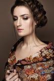 Όμορφο κορίτσι σε ένα σάλι με μια πλεξούδα Πρόσωπο ομορφιάς στοκ εικόνα με δικαίωμα ελεύθερης χρήσης