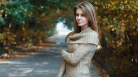 Όμορφο κορίτσι σε ένα Τζέρσεϋ που στέκεται στο πάρκο Στοκ Εικόνα