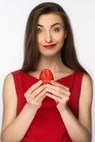 Όμορφο κορίτσι σε ένα φόρεμα με το τέλειο χαμόγελο που τρώει την κόκκινη φράουλα τρόφιμα υγιή Απομονωμένος στο λευκό Στοκ Φωτογραφίες