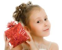 Όμορφο κορίτσι σε ένα όμορφο φόρεμα με το δώρο Στοκ εικόνα με δικαίωμα ελεύθερης χρήσης