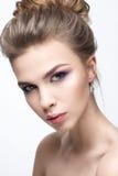 Όμορφο κορίτσι σε μια εικόνα της νύφης με μια δέσμη της τρίχας και του ευγενούς makeup Πρόσωπο ομορφιάς Στοκ Εικόνες