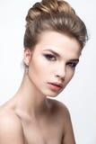 Όμορφο κορίτσι σε μια εικόνα της νύφης με μια δέσμη της τρίχας και του ευγενούς makeup Πρόσωπο ομορφιάς στοκ φωτογραφίες με δικαίωμα ελεύθερης χρήσης