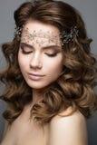 Όμορφο κορίτσι σε μια εικόνα της νύφης με diadem στο κεφάλι της Πρόσωπο ομορφιάς στοκ εικόνες με δικαίωμα ελεύθερης χρήσης