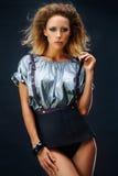 Όμορφο κορίτσι σε μια κοντή φούστα Στοκ φωτογραφία με δικαίωμα ελεύθερης χρήσης