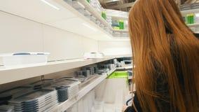 Όμορφο κορίτσι σε μια λεωφόρο που ψάχνει τα καθημερινά πράγματα, όπως τα πλαστικά εμπορευματοκιβώτια απόθεμα βίντεο