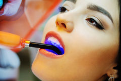 Όμορφο κορίτσι σε μια οδοντική καρέκλα Στοκ φωτογραφία με δικαίωμα ελεύθερης χρήσης