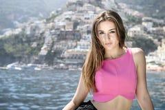 Όμορφο κορίτσι σε Positano στην τοποθέτηση της Αμάλφης στη βάρκα Στοκ Εικόνες