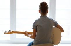 Όμορφο κορίτσι σκιαγραφιών με την κιθάρα Στοκ εικόνα με δικαίωμα ελεύθερης χρήσης