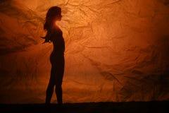 Όμορφο κορίτσι σκιαγραφιών στο ηλιοβασίλεμα Στοκ φωτογραφία με δικαίωμα ελεύθερης χρήσης