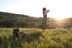 όμορφο κορίτσι σκυλιών αυτή Στοκ φωτογραφίες με δικαίωμα ελεύθερης χρήσης