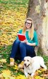 Όμορφο κορίτσι σπουδαστών που μελετά στη φύση Στοκ Εικόνα