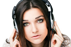 Όμορφο κορίτσι στα ακουστικά Στοκ φωτογραφία με δικαίωμα ελεύθερης χρήσης