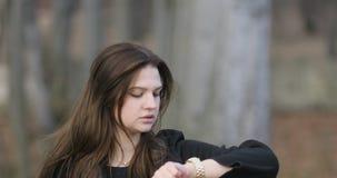 Όμορφο κορίτσι στα εκλεκτής ποιότητας ενδύματα που περιμένει την ημερομηνία της στο πάρκο, steadicam, 4k απόθεμα βίντεο