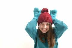 Όμορφο κορίτσι στα ζωηρόχρωμα χειμερινά ενδύματα στο λευκό στοκ φωτογραφία με δικαίωμα ελεύθερης χρήσης