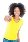 Όμορφο κορίτσι στα κίτρινα καυτά εσώρουχα μπλουζών και τζιν που χαμογελά στη κάμερα Στοκ φωτογραφίες με δικαίωμα ελεύθερης χρήσης