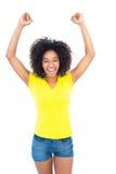 Όμορφο κορίτσι στα κίτρινα καυτά εσώρουχα μπλουζών και τζιν ενθαρρυντικά στη κάμερα Στοκ Φωτογραφία
