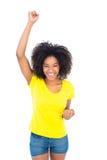 Όμορφο κορίτσι στα κίτρινα καυτά εσώρουχα μπλουζών και τζιν ενθαρρυντικά στη κάμερα Στοκ Φωτογραφίες