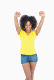 Όμορφο κορίτσι στα κίτρινα καυτά εσώρουχα μπλουζών και τζιν ενθαρρυντικά στη κάμερα Στοκ Εικόνες