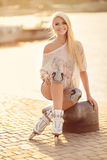 Όμορφο κορίτσι στα σαλάχια κυλίνδρων στο πάρκο Στοκ Εικόνα