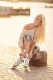 Όμορφο κορίτσι στα σαλάχια κυλίνδρων στο πάρκο Στοκ εικόνες με δικαίωμα ελεύθερης χρήσης