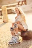 Όμορφο κορίτσι στα σαλάχια κυλίνδρων στο πάρκο Στοκ Φωτογραφία