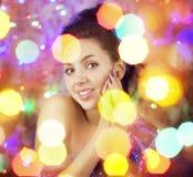 Όμορφο κορίτσι στα φωτεινά φω'τα νύχτας Στοκ εικόνες με δικαίωμα ελεύθερης χρήσης
