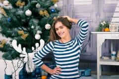 Όμορφο κορίτσι στα Χριστούγεννα και το νέο έτος Στοκ εικόνες με δικαίωμα ελεύθερης χρήσης