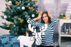 Όμορφο κορίτσι στα Χριστούγεννα και το νέο έτος Στοκ Εικόνα