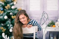 Όμορφο κορίτσι στα Χριστούγεννα και το νέο έτος Στοκ φωτογραφία με δικαίωμα ελεύθερης χρήσης
