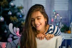 Όμορφο κορίτσι στα Χριστούγεννα και το νέο έτος Στοκ Εικόνες