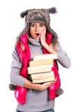 Όμορφο κορίτσι στα 6α βιβλία χειμερινών καπέλων Στοκ Φωτογραφία