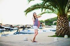 Όμορφο κορίτσι στην αποβάθρα Στοκ φωτογραφία με δικαίωμα ελεύθερης χρήσης