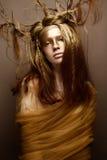 Όμορφο κορίτσι στην εικόνα ενός δέντρου με τους κλάδους στην τρίχα της Το πρότυπο με τη δημιουργική σύνθεση Στοκ Εικόνες