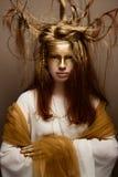 Όμορφο κορίτσι στην εικόνα ενός δέντρου με τους κλάδους στην τρίχα της Το πρότυπο με τη δημιουργική σύνθεση Στοκ Εικόνα