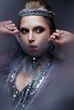 Όμορφο κορίτσι στην εικόνα της κρύας βασίλισσας με τον παγετό στα φρύδια του Το πρότυπο με το δημιουργικό makeup και κορώνα στο κ Στοκ Εικόνες