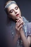Όμορφο κορίτσι στην εικόνα της κρύας βασίλισσας με τον παγετό στα φρύδια του Το πρότυπο με το δημιουργικό makeup και κορώνα στο κ Στοκ Φωτογραφία