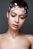 Όμορφο κορίτσι στην εικόνα της νύφης με το στεφάνι а των λουλουδιών στο κεφάλι της Πρόσωπο ομορφιάς Στοκ φωτογραφία με δικαίωμα ελεύθερης χρήσης