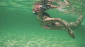 Όμορφο κορίτσι στην κολύμβηση μπικινιών υποβρύχια, κολυμπώντας με αναπνευτήρα στο κρύσταλλο - σαφές, μπλε καραϊβικό θαλάσσιο νερό απόθεμα βίντεο