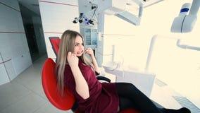 Όμορφο κορίτσι στην οδοντική καρέκλα φιλμ μικρού μήκους