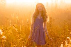 Όμορφο κορίτσι στην ομίχλη Στοκ Φωτογραφίες