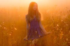 Όμορφο κορίτσι στην ομίχλη Στοκ εικόνα με δικαίωμα ελεύθερης χρήσης