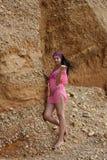 Όμορφο κορίτσι στην παραλία κοντά στο βράχο Στοκ Φωτογραφία