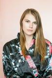Όμορφο κορίτσι στην τήβεννο Στοκ Εικόνες