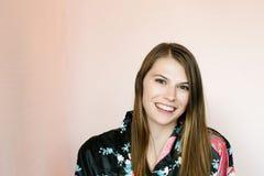 Όμορφο κορίτσι στην τήβεννο Στοκ φωτογραφίες με δικαίωμα ελεύθερης χρήσης