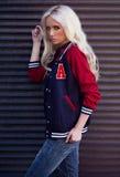 Όμορφο κορίτσι στην τοποθέτηση στον υπαίθριο Στοκ εικόνα με δικαίωμα ελεύθερης χρήσης