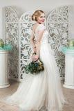 Όμορφο κορίτσι στη γαμήλια εσθήτα στοκ εικόνα