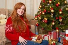 Όμορφο κορίτσι στη διακόσμηση Χριστουγέννων Εγχώριο εσωτερικό με το διακοσμημένα δέντρο και τα δώρα έλατου Νέες παραμονή έτους κα Στοκ Εικόνες