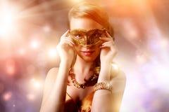 Όμορφο κορίτσι στη μάσκα καρναβαλιού Στοκ Φωτογραφία
