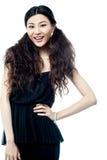Όμορφο κορίτσι στη μαύρη ενδυμασία ένδυσης κομμάτων Στοκ Φωτογραφίες